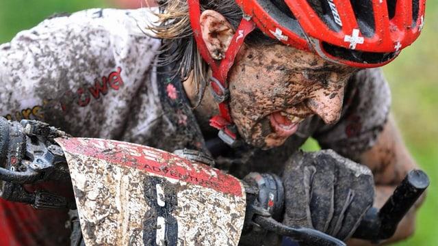 Grossaunahme des mit Schlamm bedeckten angestrengten Gesichts Leumanns während des Wettkampfs.