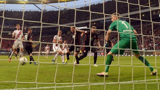Spieler sehen den Ball ins Tor kullern