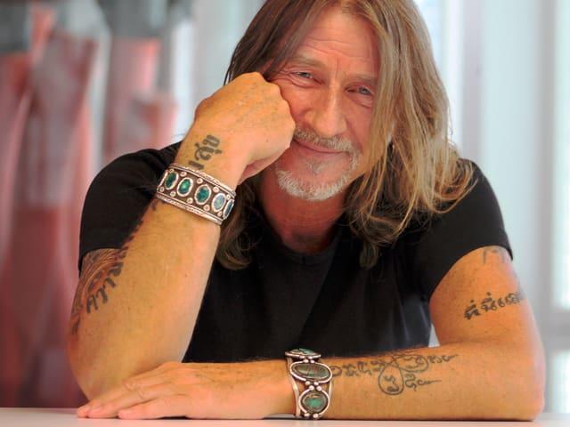 Ralph Wicki posiert mit seinen Tattoos.