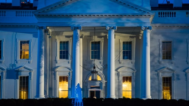 la chas'alva a Washington, saira, ils quatter pilasters èn illuminads