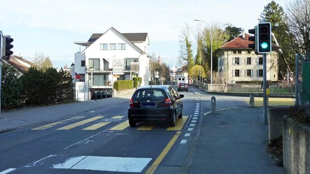 Die Luzernstrasse in Sursee mit einem Auto.