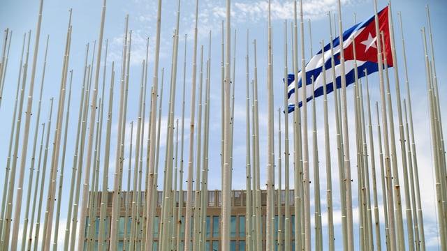 """Ein Bild einer einzelnen kubanischen Flage bei der """"Wall of Flags"""" vor der amerikanischen Botschaft in Havanna, Kuba."""
