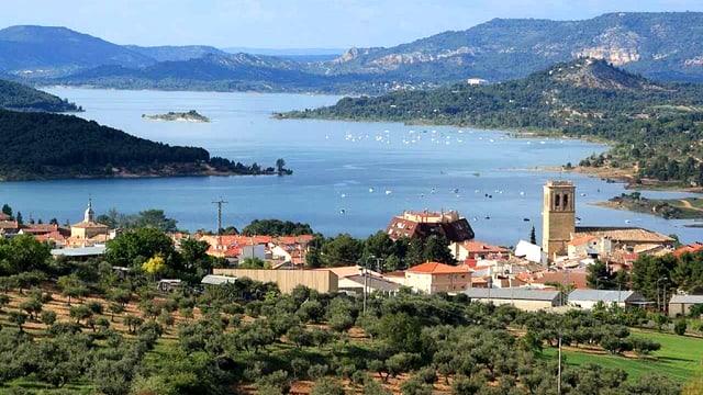 Blick auf die spanische Ortschaft Sacedón. Dahinter der Stausee.