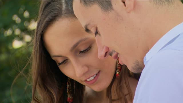 Marta Ferrari und Fabian Kauter strecken verliebt die Köpfe zusammen.