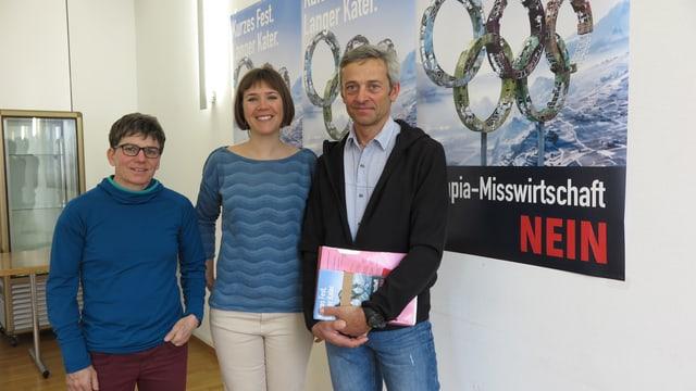 Brigitte Wolf, Laura Schmid und Werner Jordan vor einem Nein-Plakat.