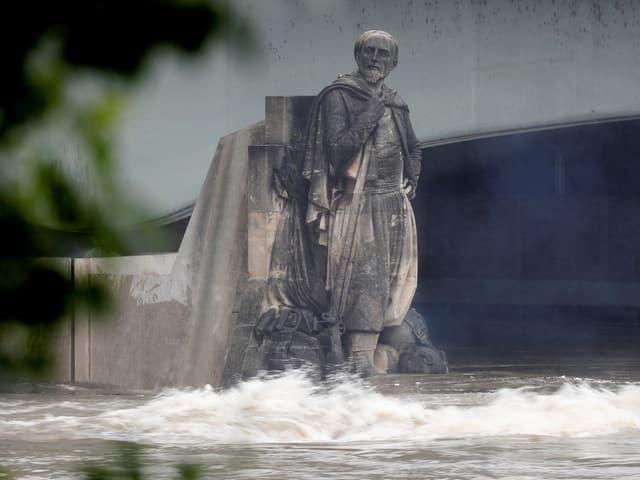 Statue mit Füssen im Wasser
