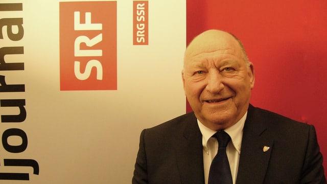 Karl Odermatt vor dem Loge von SRF bbeim Interviewtermin auf dem Bruderholz.