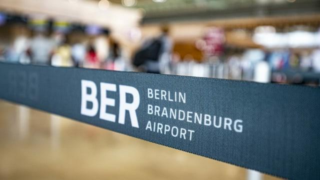 Absperrband mit BER Berlin Brandenburg Airport.