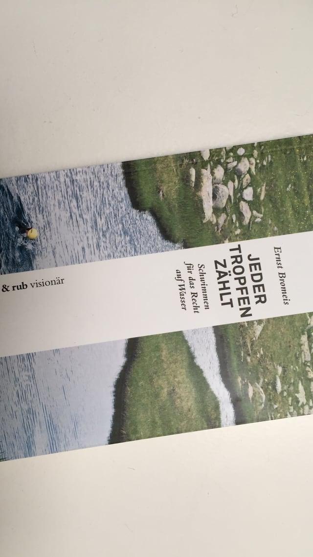 Das Cover des Buchs zeigt Bromeis in einem Bergsee.