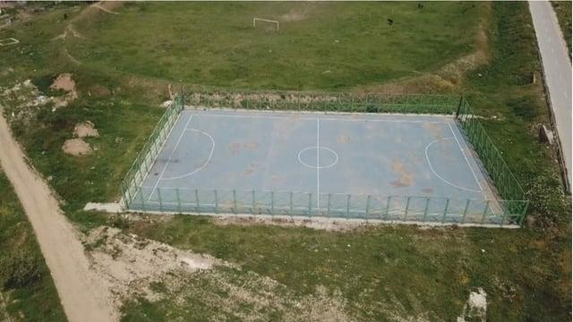 Vogelperspektive auf einen Fussballplatz.