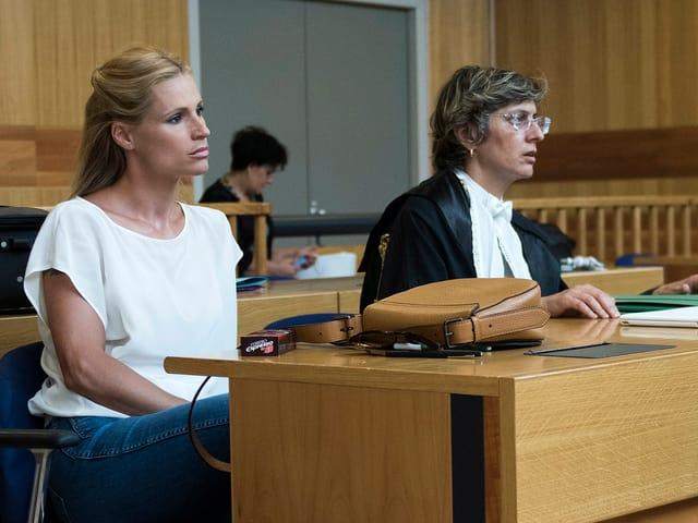 Michelle Hunziker und ihre Anwältin sitzen im Gerichtssaal.