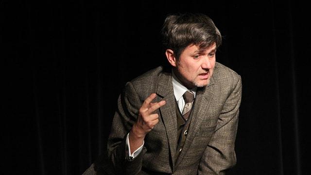 Schauspieler Volker Ranisch auf der Bühne.