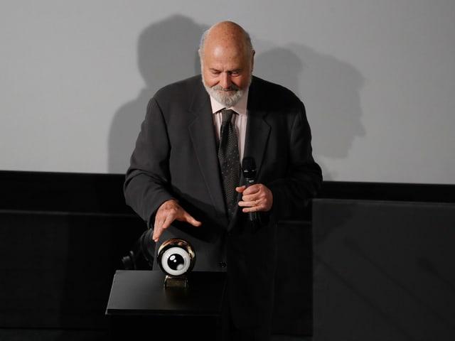 Rob Reiner steht im Corso-Kino auf der Bühne mit seiner Auszeichnug.
