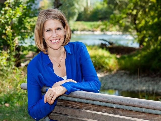 Nathalie Dürmüller auf einer Parkbank