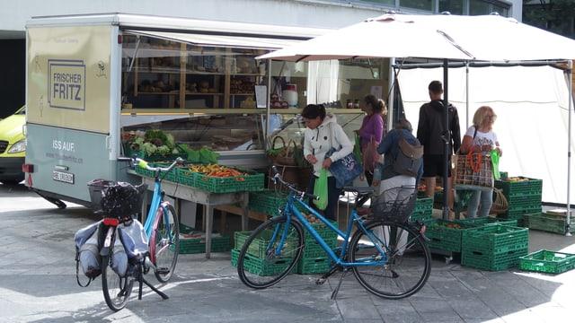 Ein Marktstand vor dem Thuner Bahnhof.
