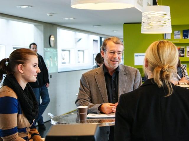 Diskussionsteilnehmer in der Kantine der Hochschule Luzern.