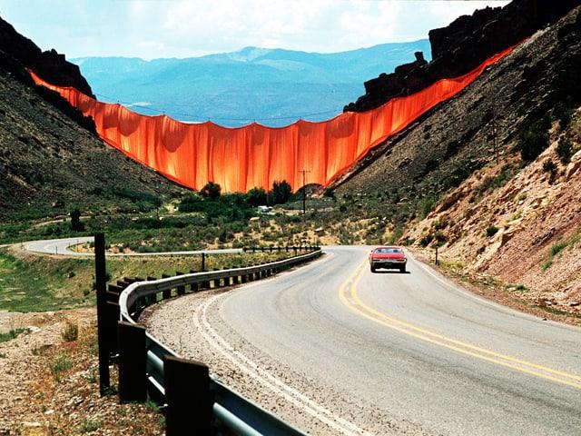 Riesiger Vorhang hängt in einem Tal.