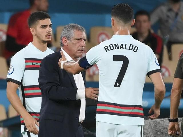 André Silva, Fernando Santos und Cristiano Ronaldo (von links nach rechts).