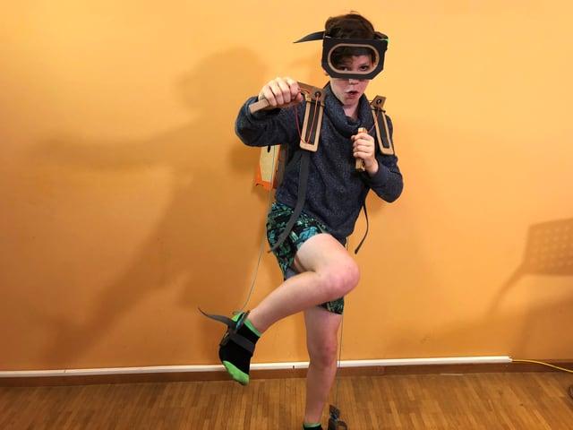Der Junge Vincent trägt einen Roboter-Anzug aus Karton.