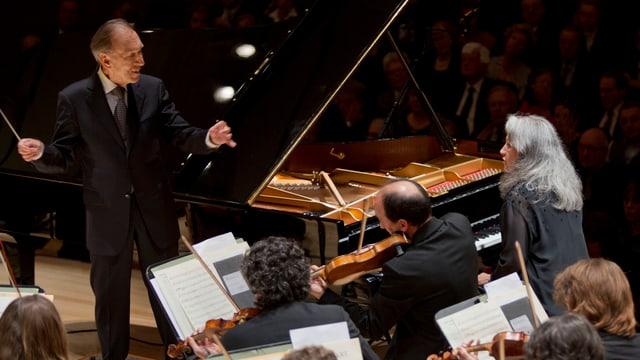 Dirigent, Pianistin und Orchester