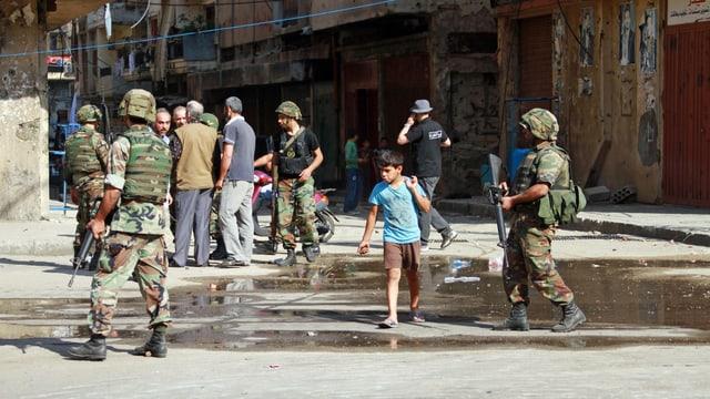Soldaten in Tripoli patrouillieren durch die Strassen nachdem Sunniten und Alawiten gewaltsam gegeneinander vorgegangen sind. (reuters)