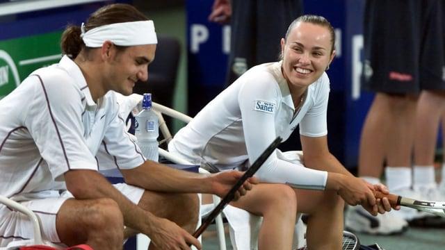 Martina Hingis und Roger Federer sitzen beim Hopman Cup 2001 auf der Spielerbank.