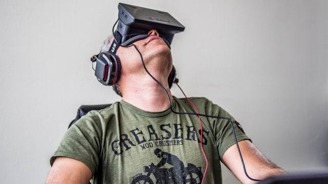 Mann mit Oculus-Rift-Brille