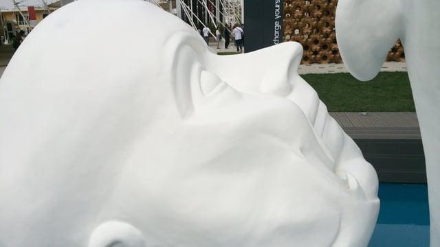 Davant il pavigliun da la Slovachia beneventa ina sculptura da Franz Xaver Messerschmidt ils visitaders.