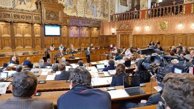 Der Grossratssaal in Basel, die Grossräte sind von hinten sichtbar.