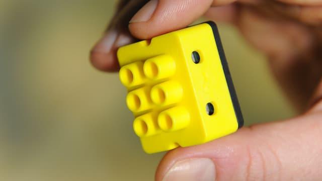 Mit diesem gelben Digitalstrom-Würfel lassen sich Geräte und Stromnetz intelligenter steuern.