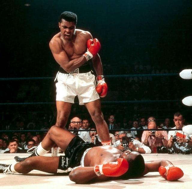 Ali brüllt den am Boden liegenden Liston an.