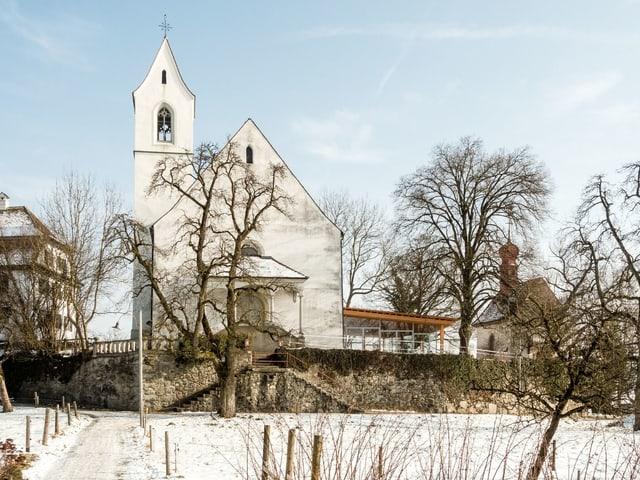 Kirche und Anbau mit Holz und Glas.