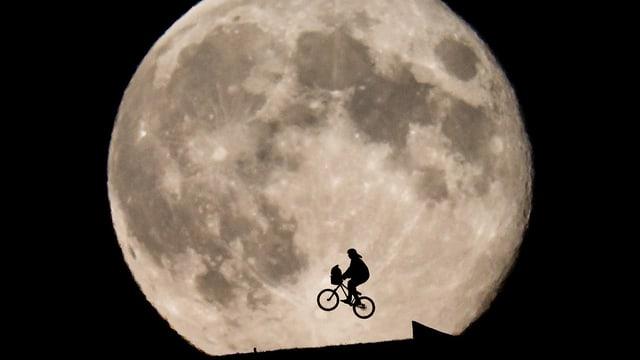 Velofahrer vor Mond.