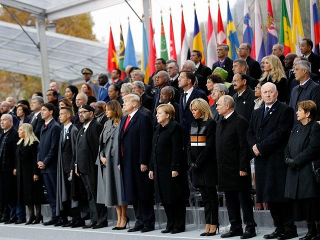 Regierungschefs stehen auf Podest.