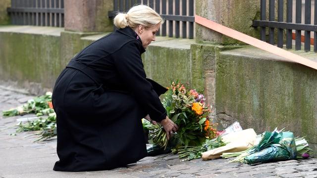 Die dänische Ministerpräsidentin legt vor der Synagoge Blumen nieder.