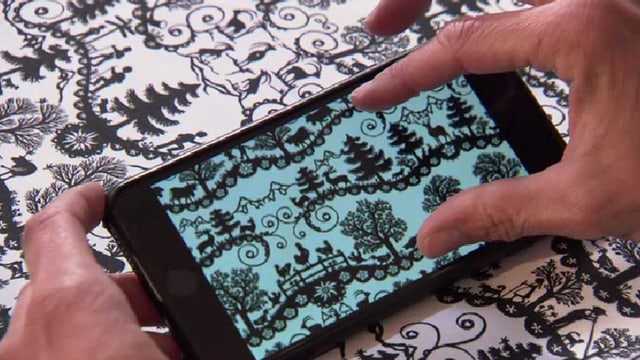 Stoffbild auf einem Smartphone neben Originalstoff.