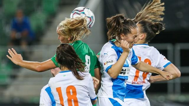 Spielerinnen des FC St. Gallen-Staad und GC im Kopfballduell.