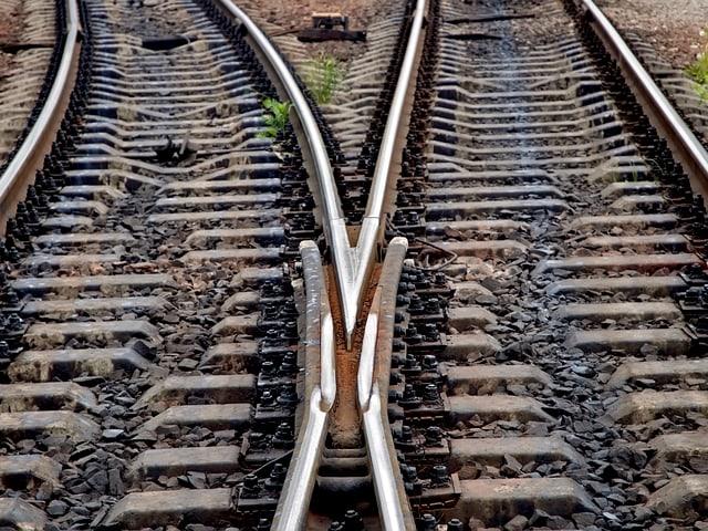 Zwei Bahngleise, die sich trennen.