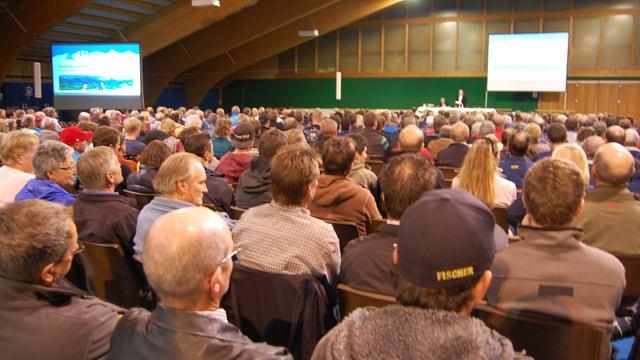 Die Halle war voll. Blick von hinten auf die Bühne.