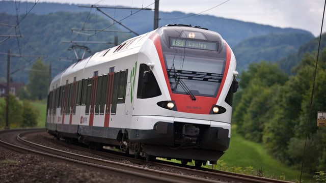 Rot-weisser Zug in der Landschaft.