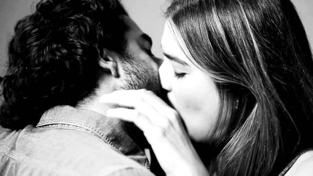Schwarz-weiss Aufnahme zweier Menschen, die sich küssen.