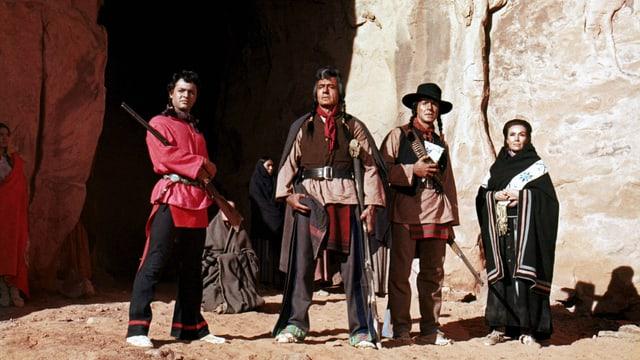 Vier Hollywood-Schauspieler in Indianer-Kostümen.