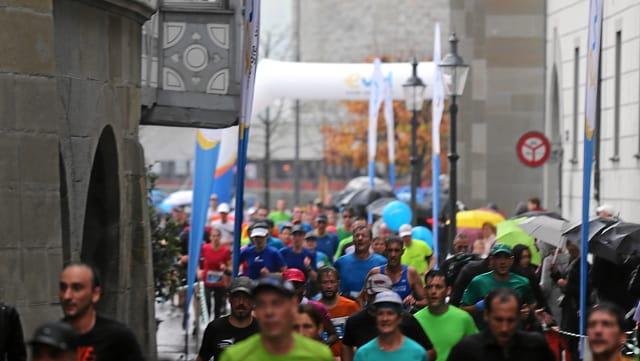 Läufer beim Marathon Luzern in der Luzerner Altstadt.