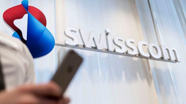 Logo da la Swisscom cun in telefonin davantvart