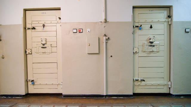 Die Eingangstüren von den Stasi-Gefängnis.