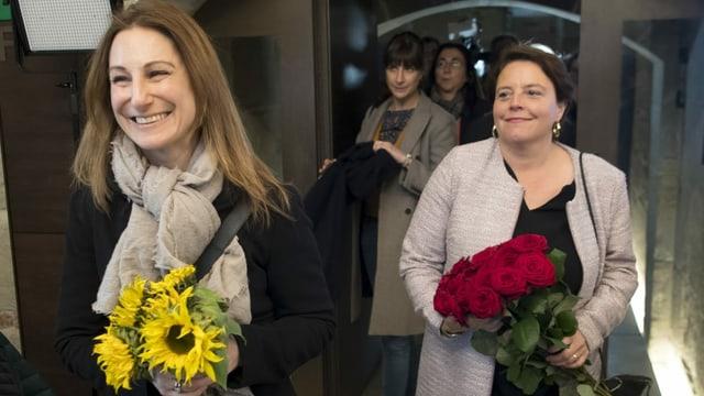 Zwei Frauen mit Blumen.