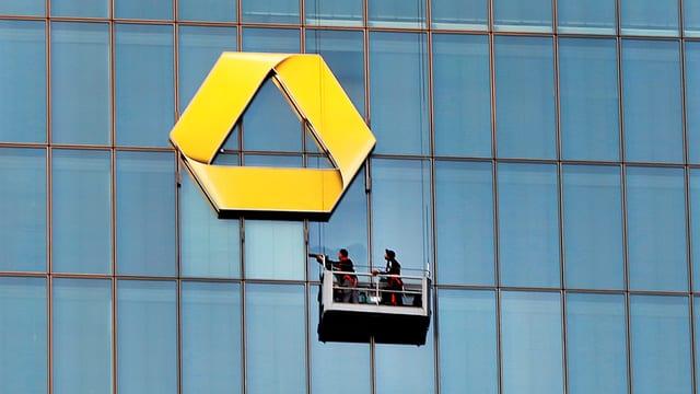 Fensterputzer bei der Arbeit am Hauptsitz der Commerzbank.