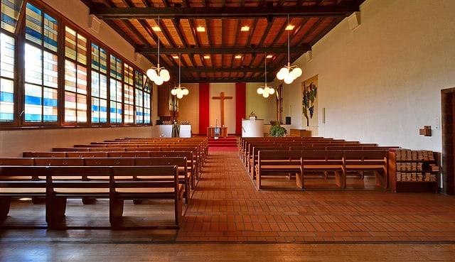 Innenansicht moderne Kirche. Holzbänke.