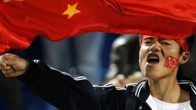 Ein chinesischer Fan feuert sein Team an