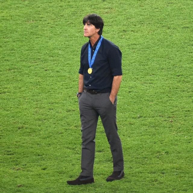 Joachim Löw alleine auf dem Rasen des Maracana.